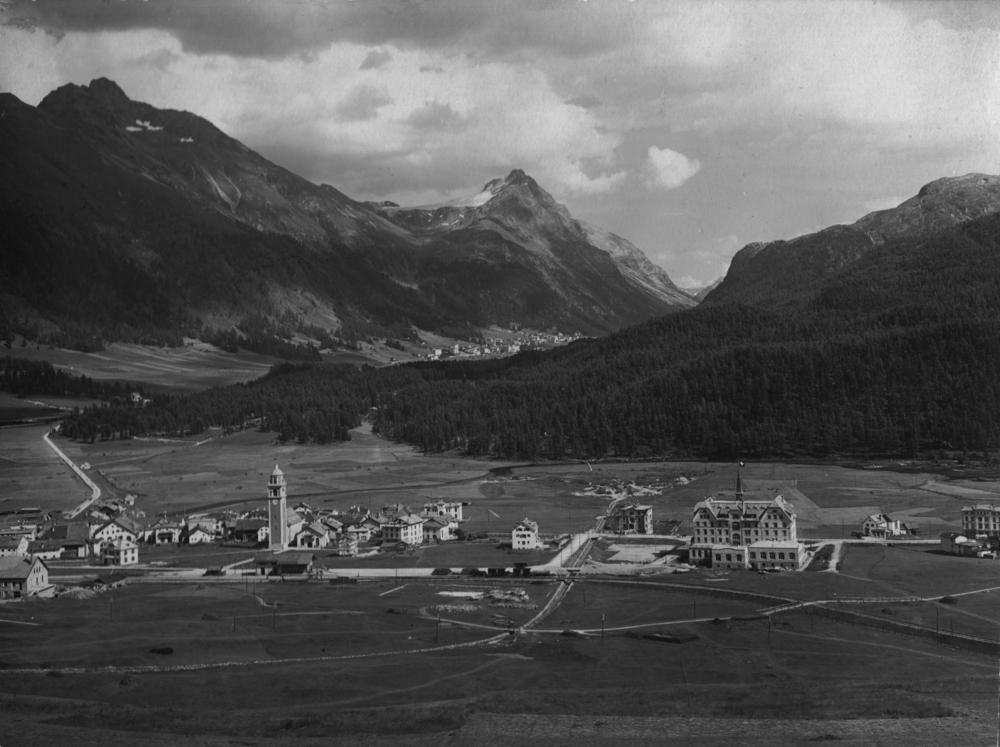 1908: Die Bahnlinie führt seit 1904 bis nach St.Moritz. Die erste Etappe des Hotels Cresta Palace, in der Ebene zwischen Celerina und Cresta, ist erstellt (1906). Architekt ist F. Huwyler aus Zürich, für die Ausführung ist Peter Issler mit der Chaletfabrik Celerina zuständig.