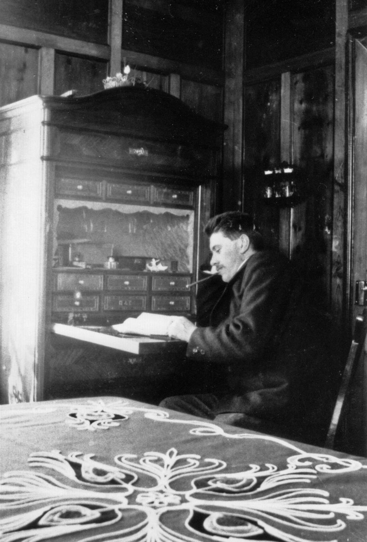 Architekt Peter Issler senior in den 1920er Jahren am Sekretär, der heute noch in unserer Ferienwohnung in der Chesa Akelei steht.