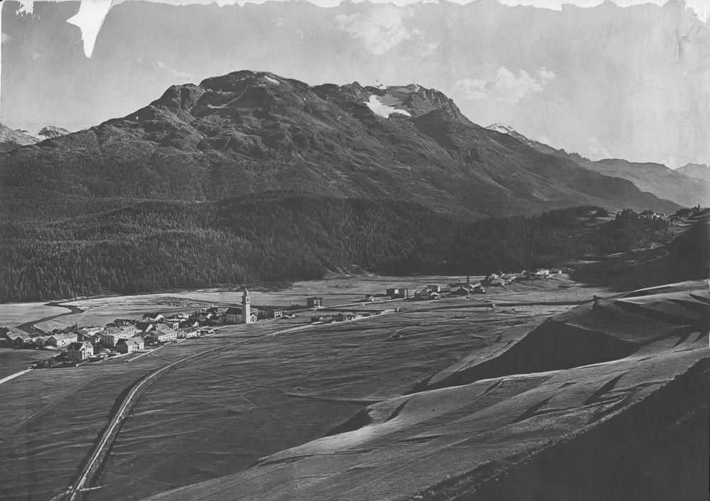 1903: Celerina und Cresta sind noch zwei einzelne Dörfer. Der Bahnhof ist brandneu, die RhB-Linie endet zur Zeit noch hier. Weit und breit kein Haus oberhalb der Bahnlinie.