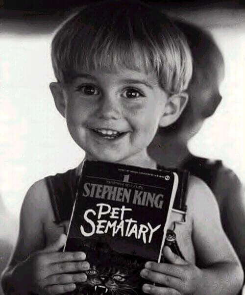 """Miko Hughes posa con la novela """"Cementerio de animales""""de Stephen King"""