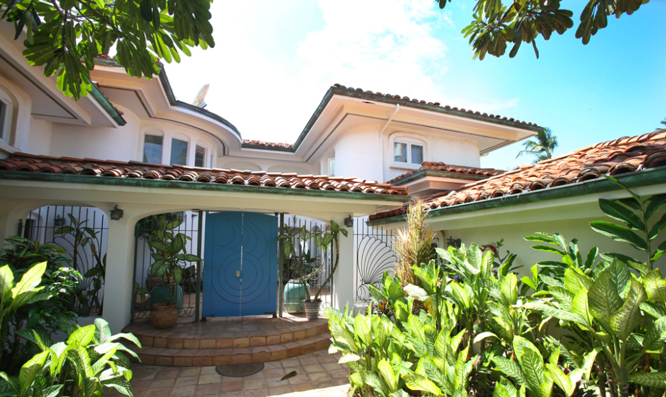 oceanfront-luxury-property-rentals-maui-3 Gated Courtyard.png