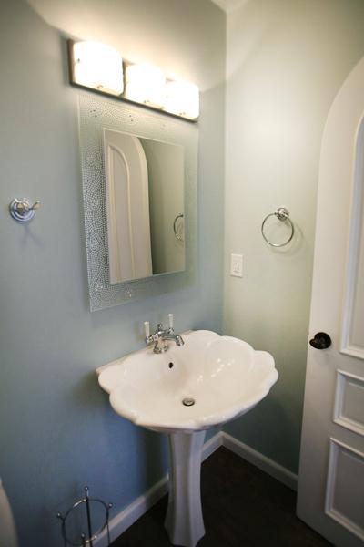 oceanfront-luxury-property-rentals-maui-Blue-bathroom.jpg