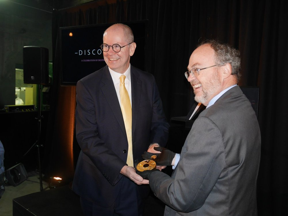The Honourable Bill Johnston MLA and Perth Mint CEO and Gold Industry Group Chairman Richard Hayes unveil the  Discovery .