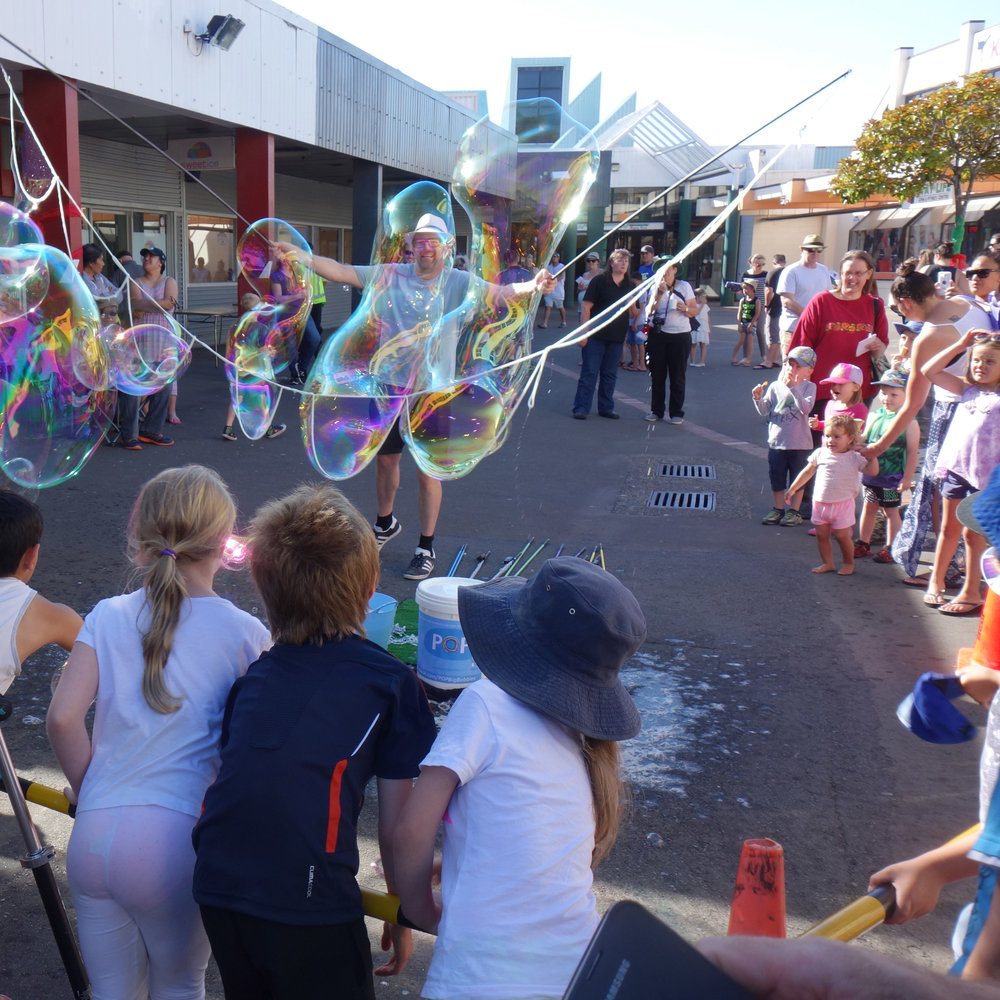 Wainuiomata_Christmas_Bubble_Show_fun.jpg