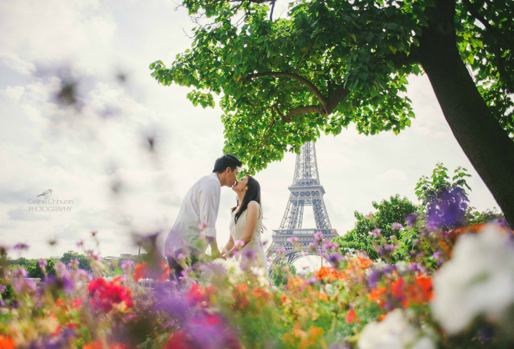 Lovers by the Tour Eiffel