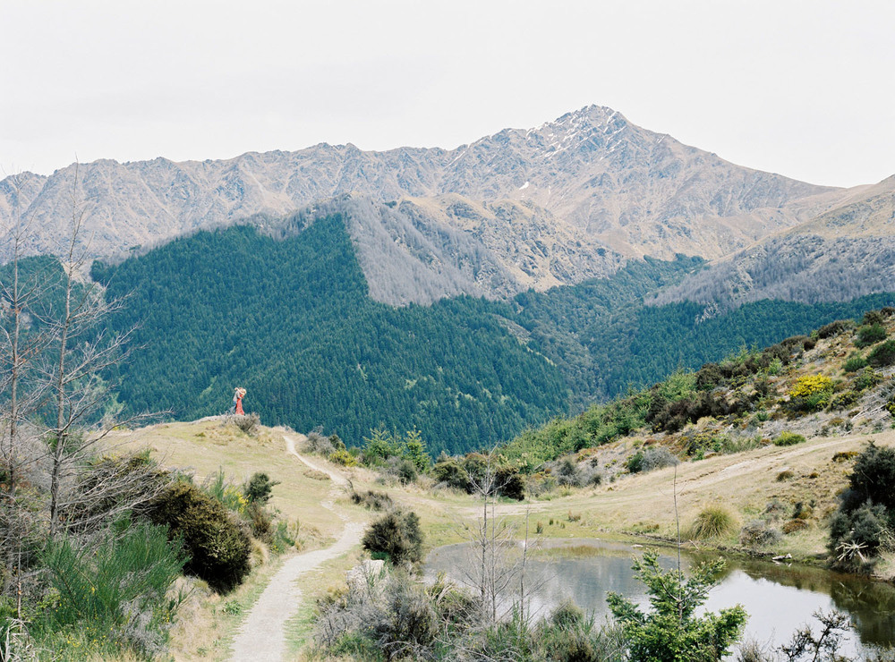 Destination wedding photographer captures epic pictures of couple on top of Queenstown hill