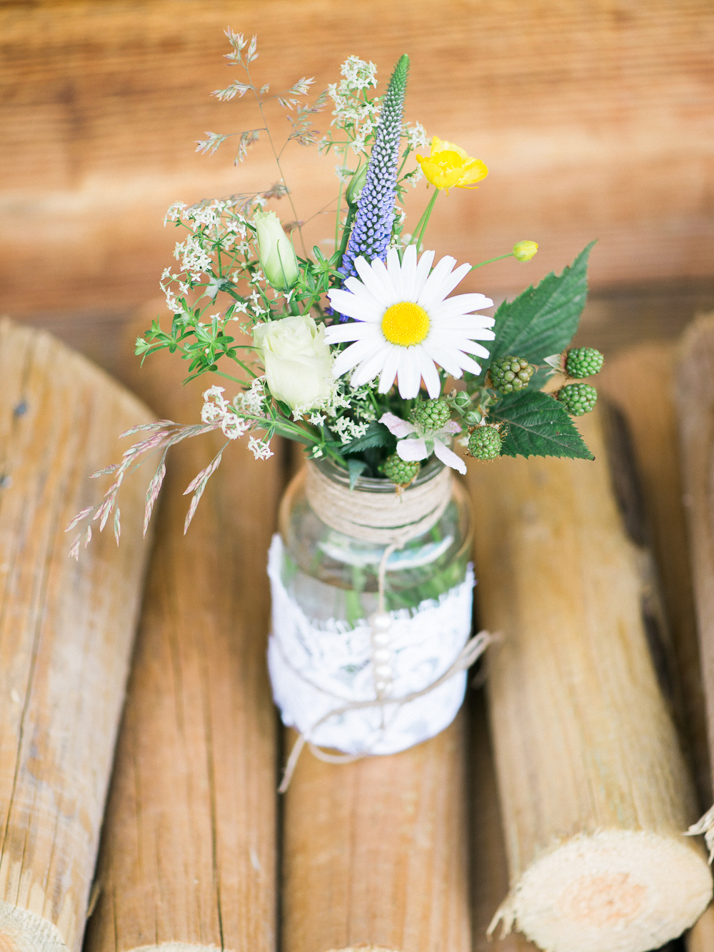 ideas for cute flowers in jar on weddings