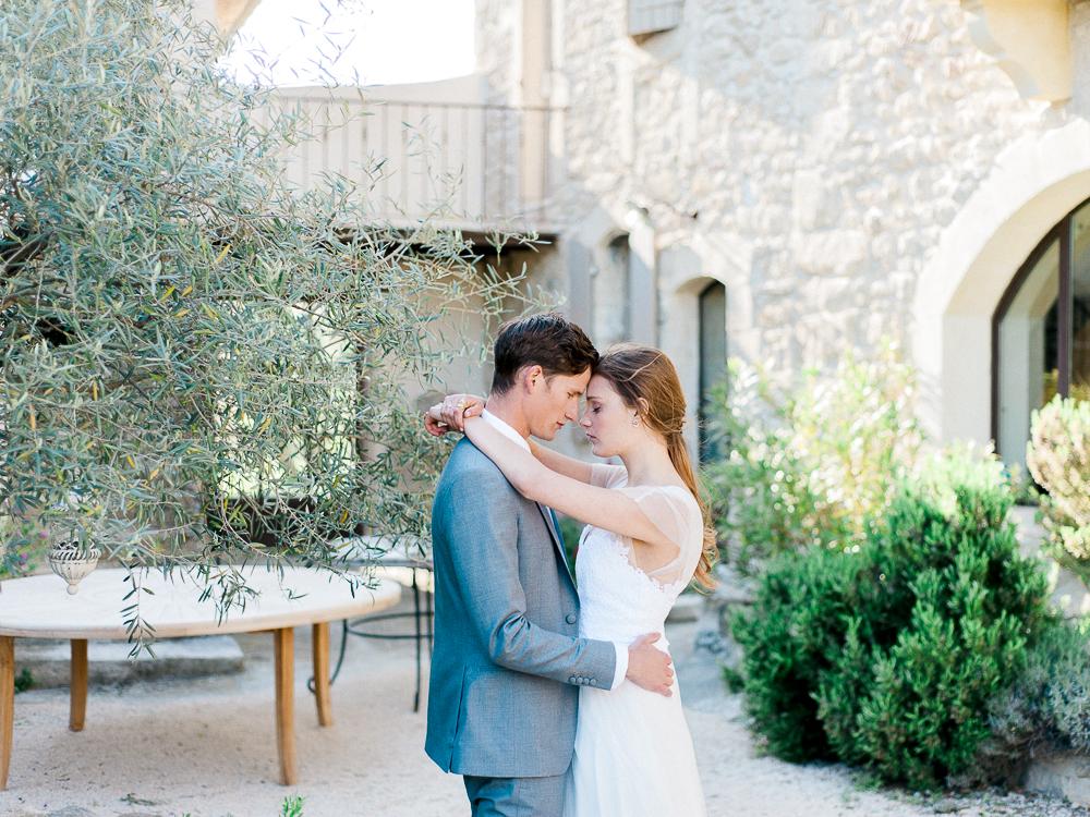 Couple de mariés en Provence au Domaine de Patras
