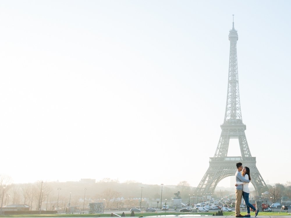 Engagement photo session with golden light in Paris in front of the Eiffel Tower