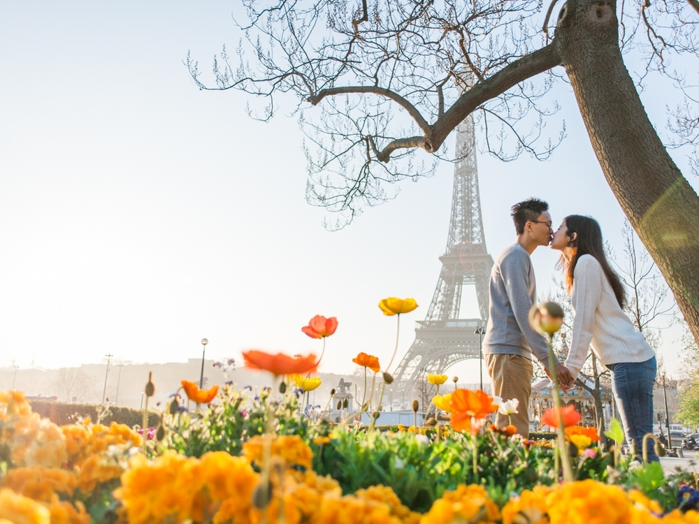 Spring engagement session in Paris in front of the Eiffel Tower