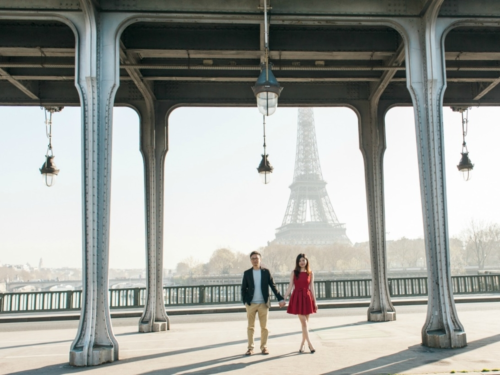 Pont Bir Hakeim engagement session in Paris
