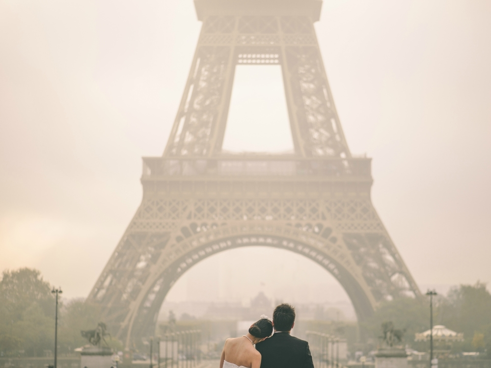 Romantic prewedding session in Paris in front of the Eiffel Tower