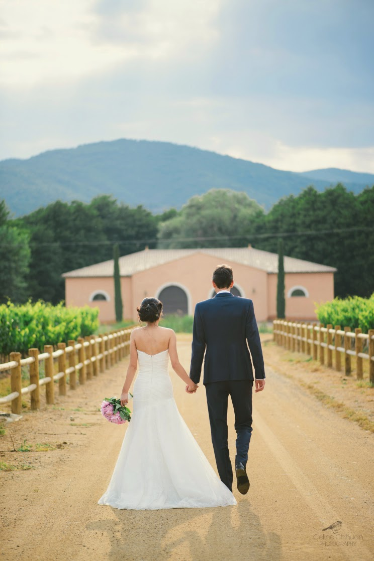 couple marie dans les vignes