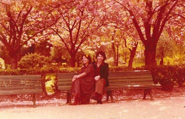 Maman et Papa sous les cerisiers du Trocadéro - Franchement, c'est pas les plus cools en hippies ?! Mais le style de fouuuu qu'ils avaient quoi !