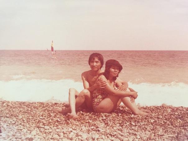Oui, je confirme, ma mère a un style de fou, même sur la plage avec les galets