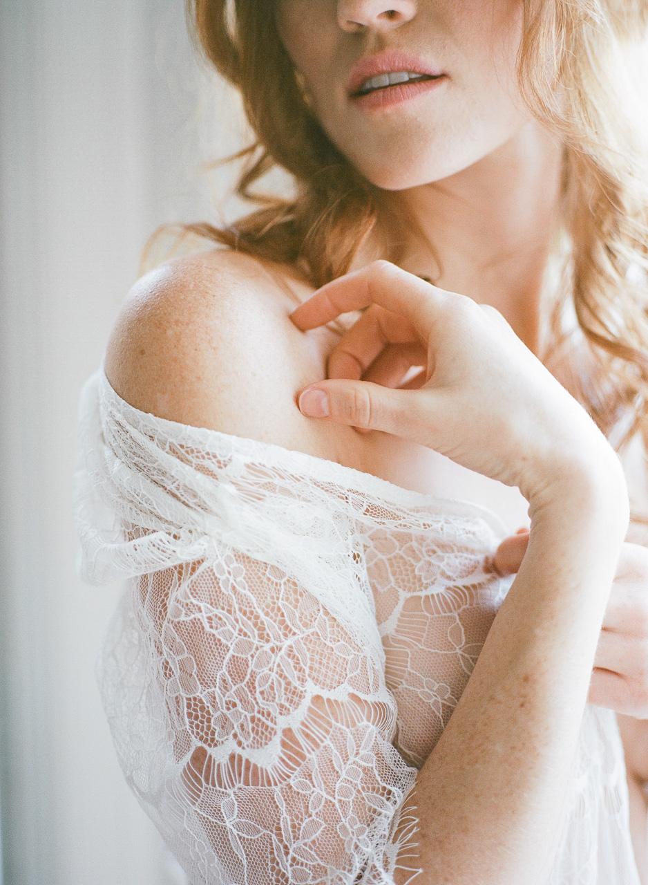 séance boudoir romantique mariée rousse tâche de rousseur