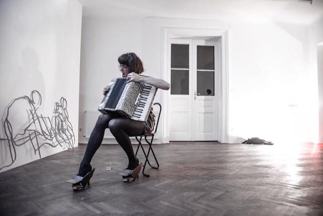 Projektraum Viktor Bucher, curated by Vincent Honoré, Performance von Adam Christensen am Eröffnungsabend der Ausstellung  Impossible Love,  10.September, 2015. Foto: Francisco Peralta Torrejón.