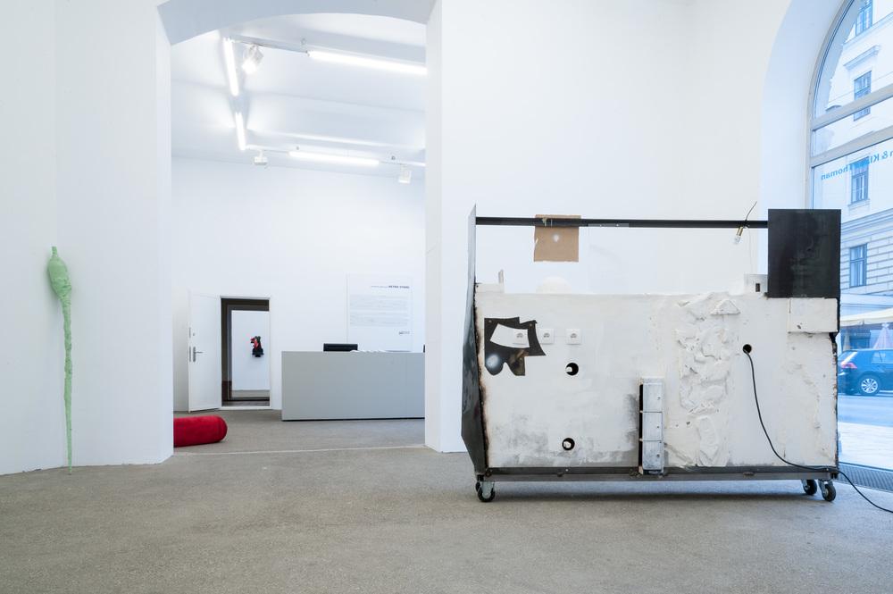 Galerie Elisabeth & Klaus Thoman Wien, Ausstellungsansicht  Retro Store . Rechts :Neïl Beloufa, Souvenir 1 – circles, 2013. Links: Skulptur von Franz West. Foto: Michael Kofler.