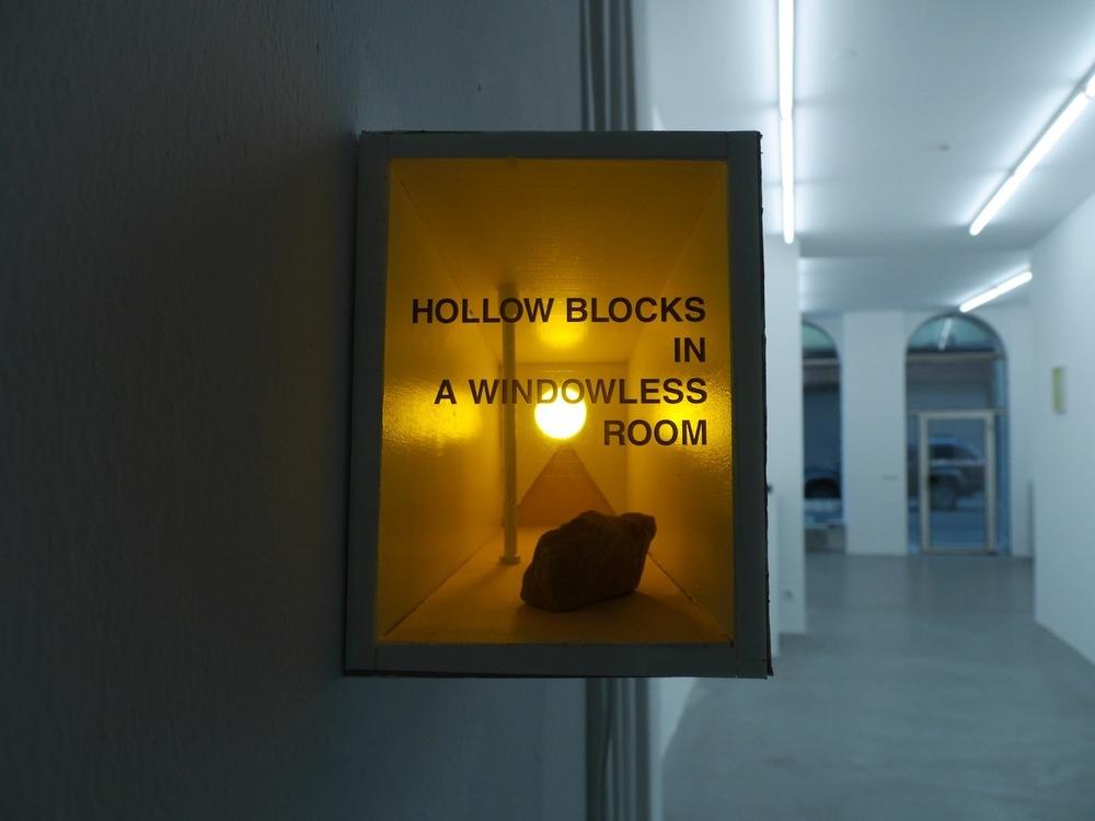 Lukasz Jastrubczak,  Reconstruction of the Photograph and the Sentence,  2015. Modell, Licht, Stein, 50 x 23 x 80 cm. Courtesy:David Radziszewski Galeria. Installationsansicht Knoll Galerie Wien, 2015.