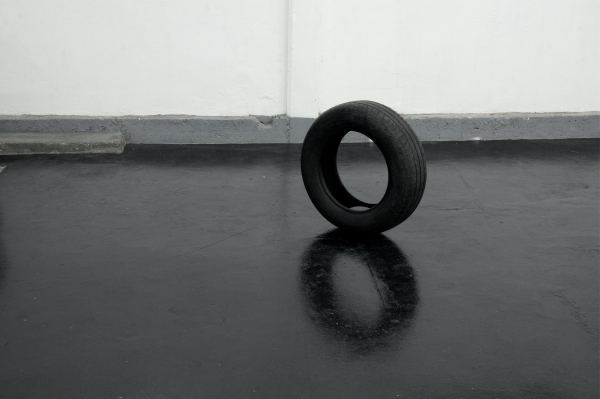 JOHANNES ESPER, ContiEco, 2001, Autoreifen, gefärbtes Wasser Maße variabel Unikat, Photo: Thorsten Hallscheidt