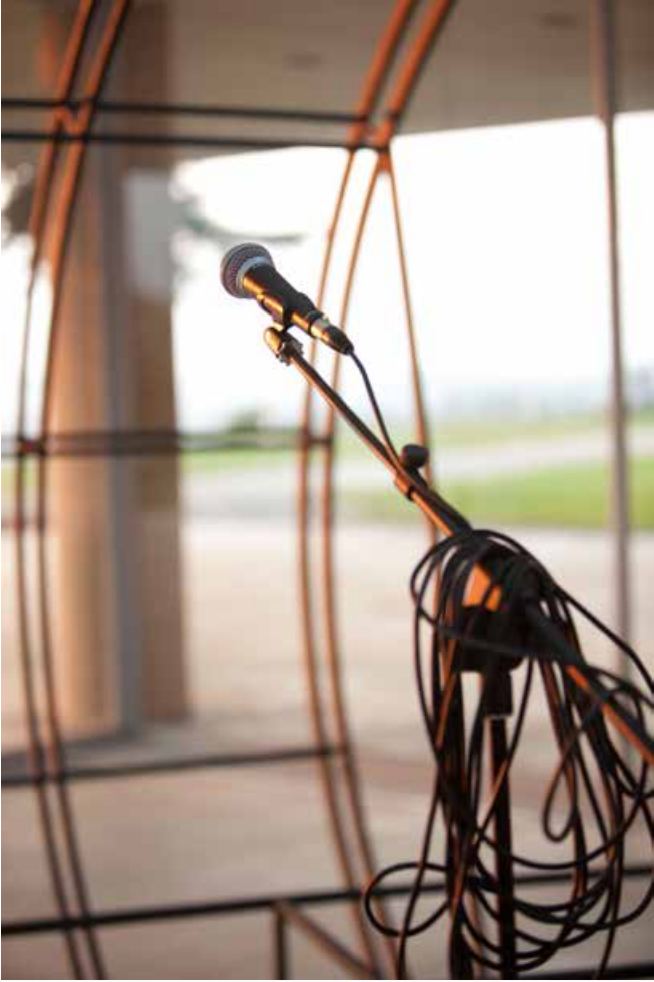 Spinnig on an Axis, curated by_Basak Senova & Stephane Ackermann, Yane Calovski, Shell, 2011, Metall, Mikrofon,420×320×380 cm, Installationsansicht Museum of Contemporary Art, Skopje, 2011, courtesy of the artist and Zak | Branicka Gallery, Berlin, Photo: Robert Jankuloski