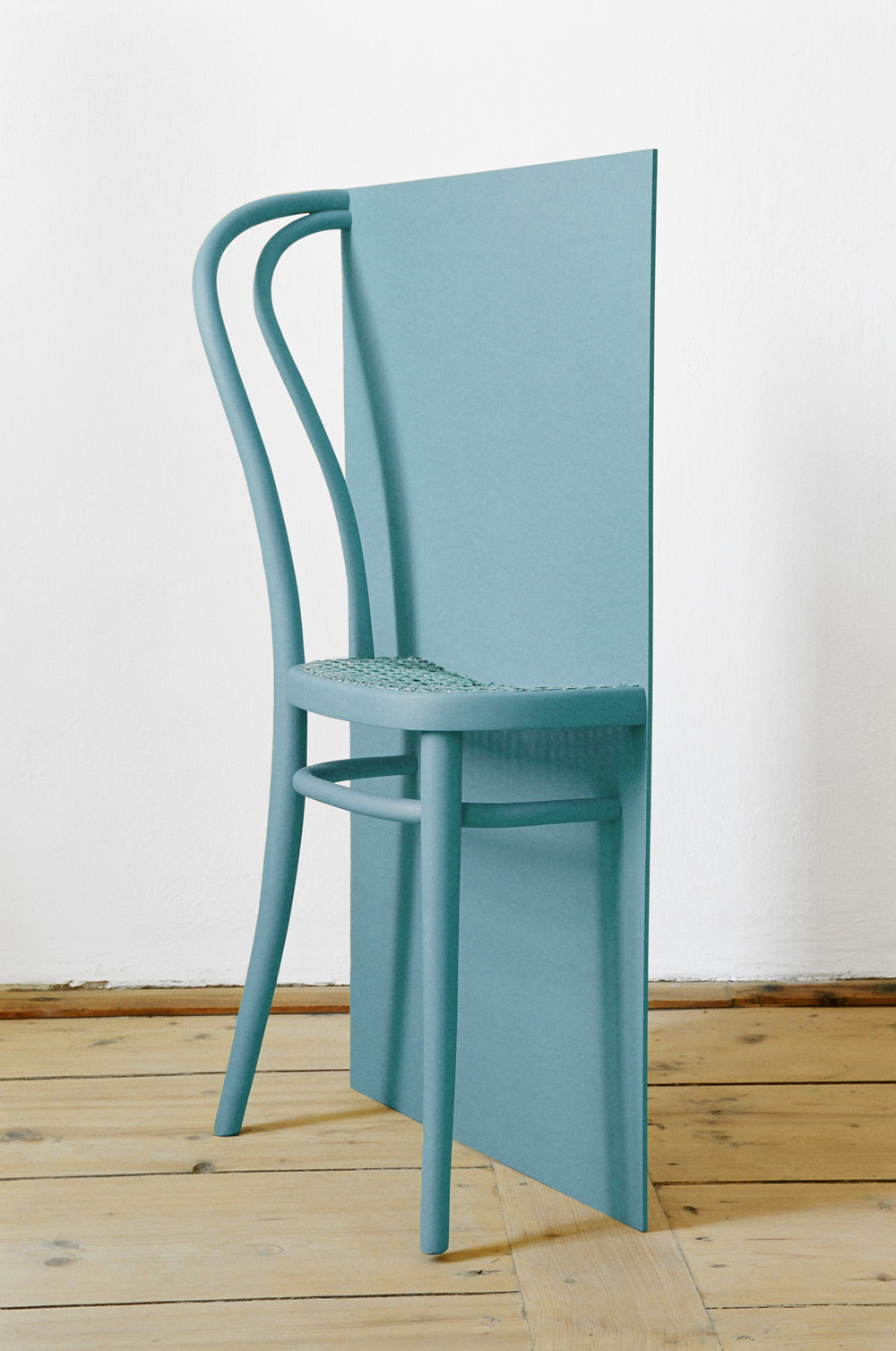 ROMAN PFEFFER  GETEILTES VOLUMEN, 2018 (l x b x h = V [Sessel]:2), Half a Thonet chair, wood, paint / Thonet-Sessel, Holzplatte, Farbe, 90 x 53,7 x 20,5 cm. The volume of the wooden board corresponds to that of half the Thonet chair / Das Volumen der Holzplatte entspricht dem Volumen des halben Thonet-Sessels Courtesy Galerie Raum mit Licht,  Photo: Roman Pfeffer