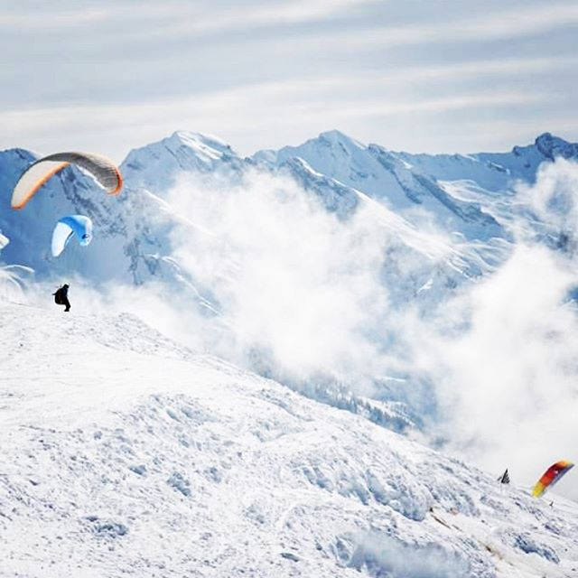 ❄️🏔💨 it's snowy and windy today but were thinking about the summer... 🌞🌞🌞 Come to La Ferme to progress your paragliding and develop your alpine thermal flying skills 18-24 AUG with @flightculture 📸 @legrandbornand £965pp tuition, beautiful accom, meals all inclusive. LINK IN BIO.