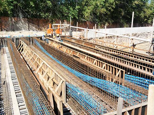 Viga de concreto com protensão não aderente