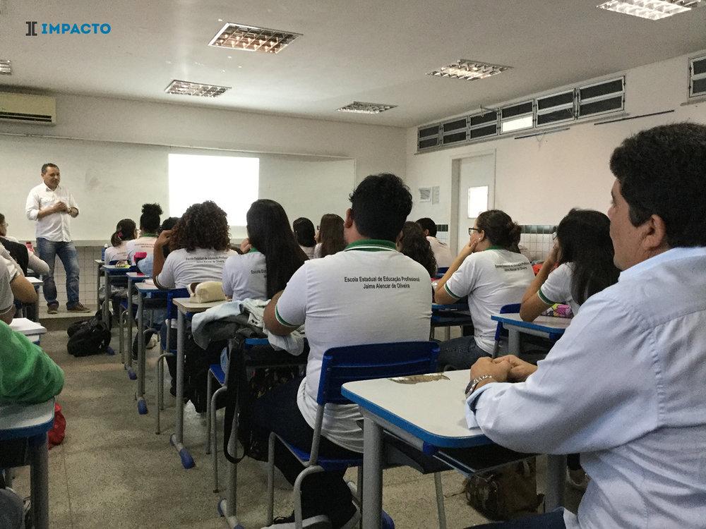 Dr. Sérgio Santos ao fundo e Eng. Joaquim Caracas àdireita na Aula do Curso de Protensão.