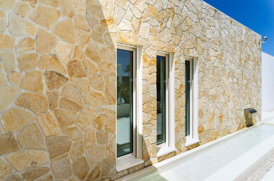 Fachada de una casa con vistas al mar