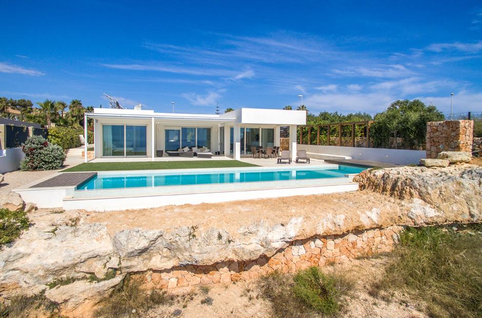 Vistas del jardín de una casa con vistas al mar