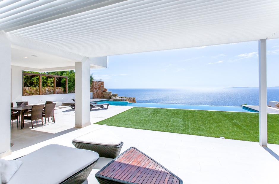 Jardín de una casa con vistas al mar
