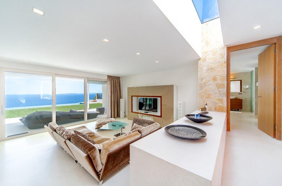 Salón de una casa con vistas al mar