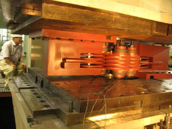 2000 kN damper in testing machine