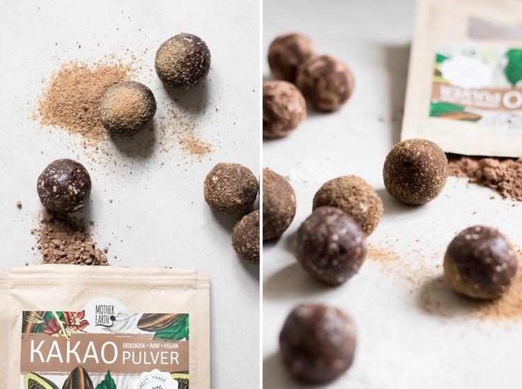 Raw choklad bollar      2 dl mandlar     3-4 msk kakao + lite till att rulla bollarna     1 msk kokossocker + lite till att rulla bollarna     1/2 tsk vaniljextrakt     8-9 dadlar     1 msk kokosolja     nypa dödahavssalt  Mixa ingredienserna i en matberedare.