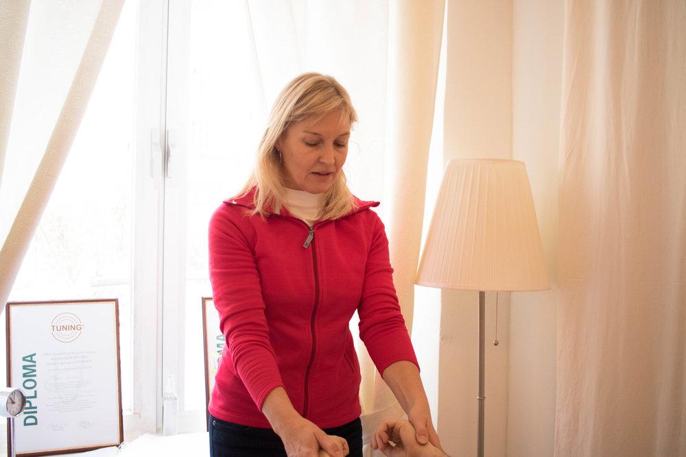 Agneta Larsson utför en kinesiologi behandling