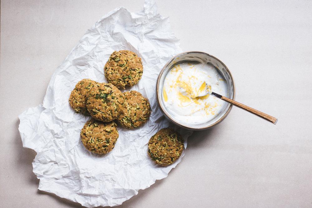 zucchinibiffar med citrus yoghurt recept