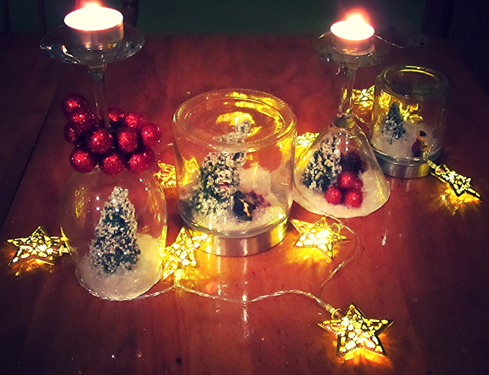 You have some Christmas decoration where you add some candles and lights just like I did. Tu as maintenant des décorations de Noël où tu peux ajouter des chandels et des lumières.