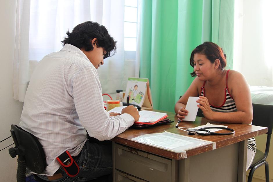 Murillo revisa el progreso de los pacientes bajo el cuidado de Eudeli Velásquez, trabajadora comunitaria en salud en Reforma. (Foto de Leslie Friday / Partners In Health)
