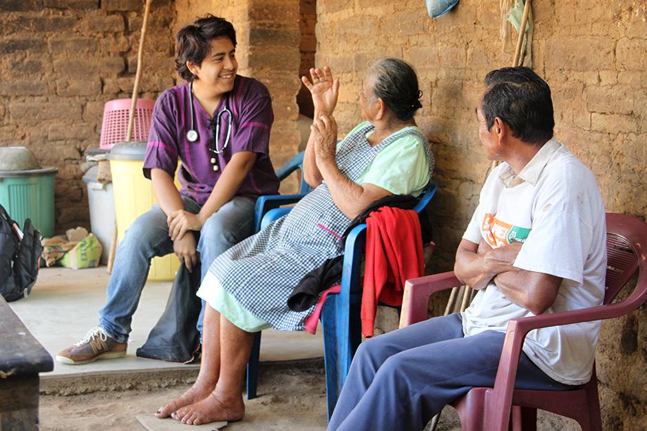 Murillo visita a María Román, una paciente con diabetes e hipertensión que ya no puede caminar a la clínica para recibir atención médica. (Foto de Leslie Friday / Partners In Health)