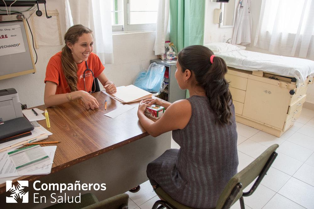 Liliana Santos, pasante de medicina con el programa de Salud Materna, apoya a los pasantes de las clínicas para mejorar la salud de las mujeres y las embarazadas