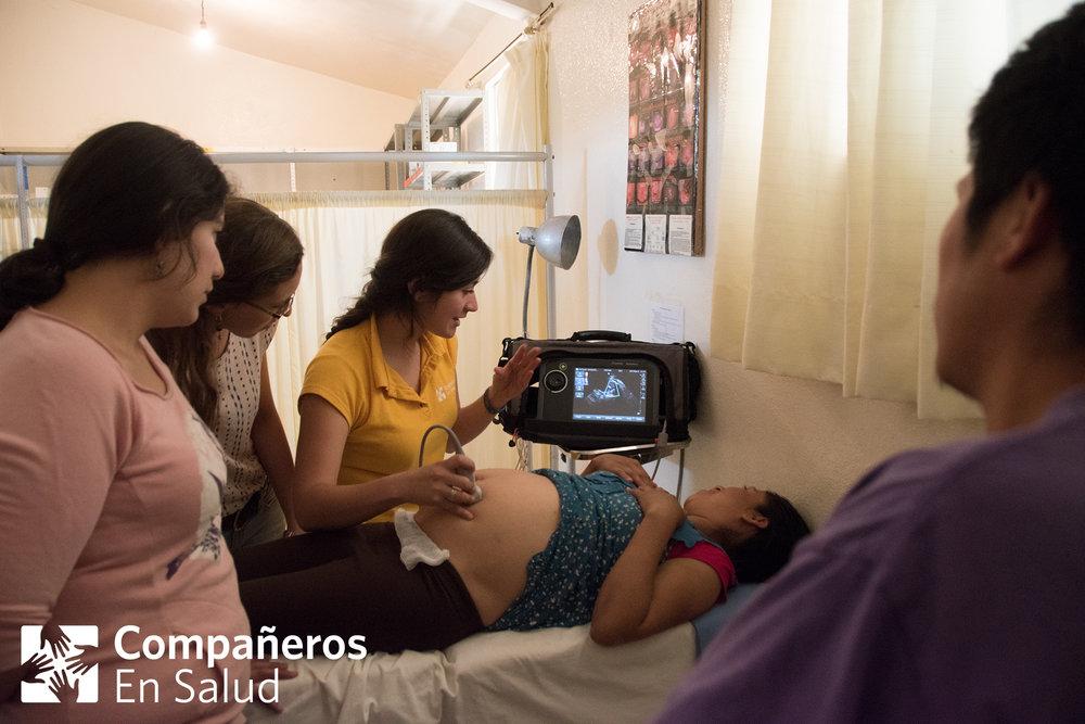 En la clínica de Capitán, supervisora Dra. Fátima Rodríguez y pasantes de medicina Dra.  Liliana Santos y Dra. Diana Nuñez realizando un rastreo con un equipo de ultrasonido portátil a las mujeres embarazadas