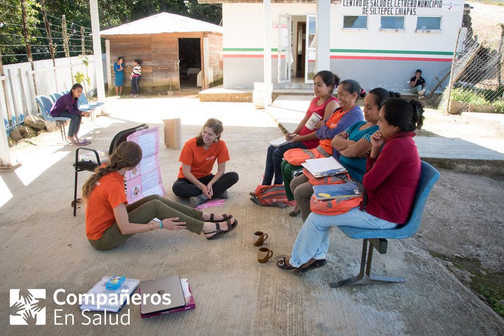 Las acompañantes de la comunidad rural de Letrero en capacitación sobre los cuidados y signos de alarma del recién nacido.