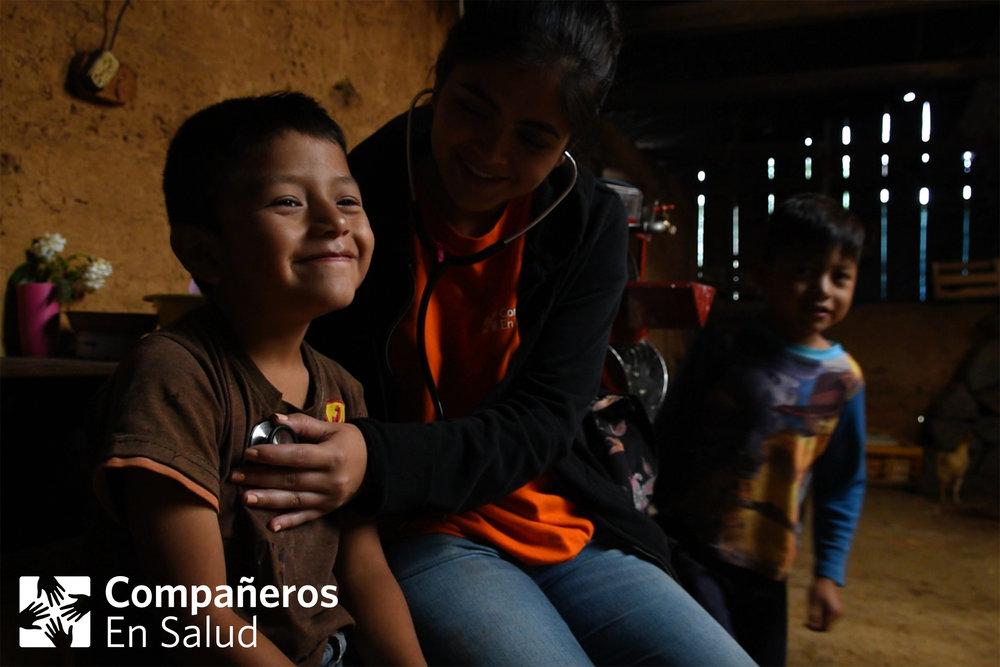 La pasante Dra. Lorena Ponce de León atiende a Julio en su casa, antes de compartir un desayuno preparado por su mamá.