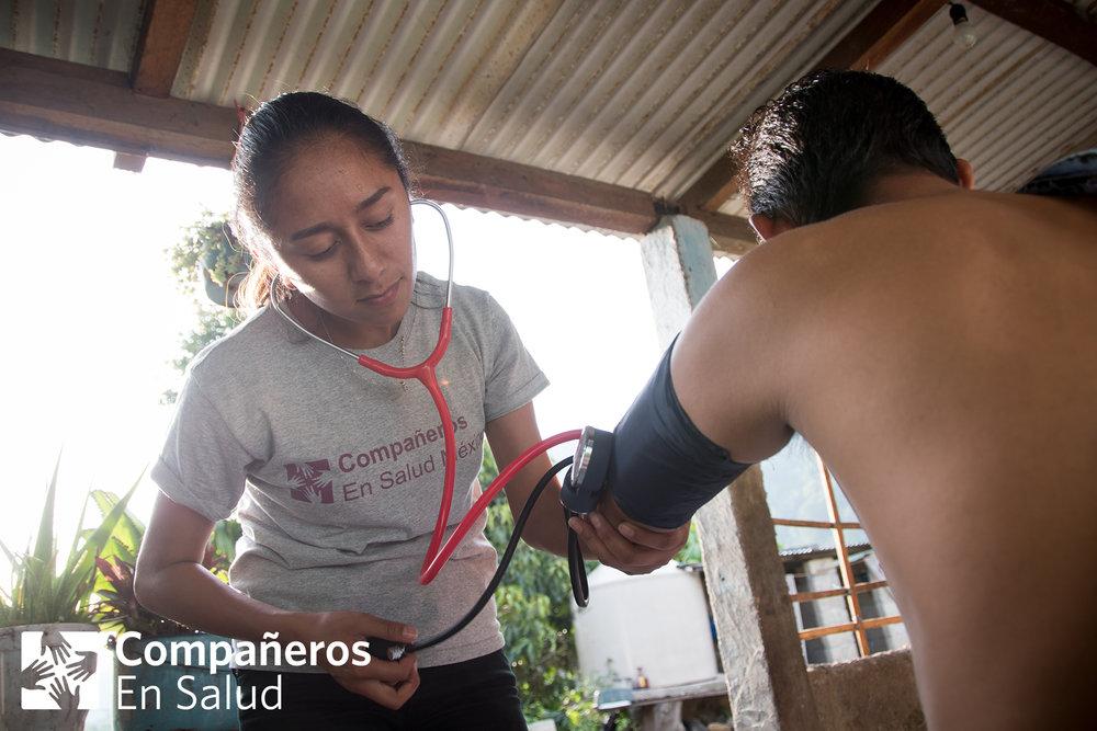 Mélany Muñoz–estudiante de enfermería, auxiliar en la clínica de Laguna del Cofre y voluntaria con CES desde hace mucho tiempo–se une al equipo durante la búsqueda activa.