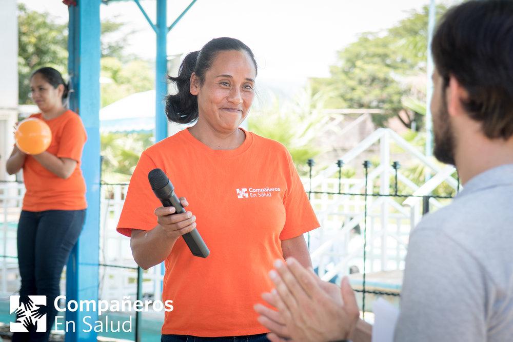 La acompañante Marleni Pérez recibe reconocimiento de parte de sus compañeras de Letrero durante la celebración de acompañantes.