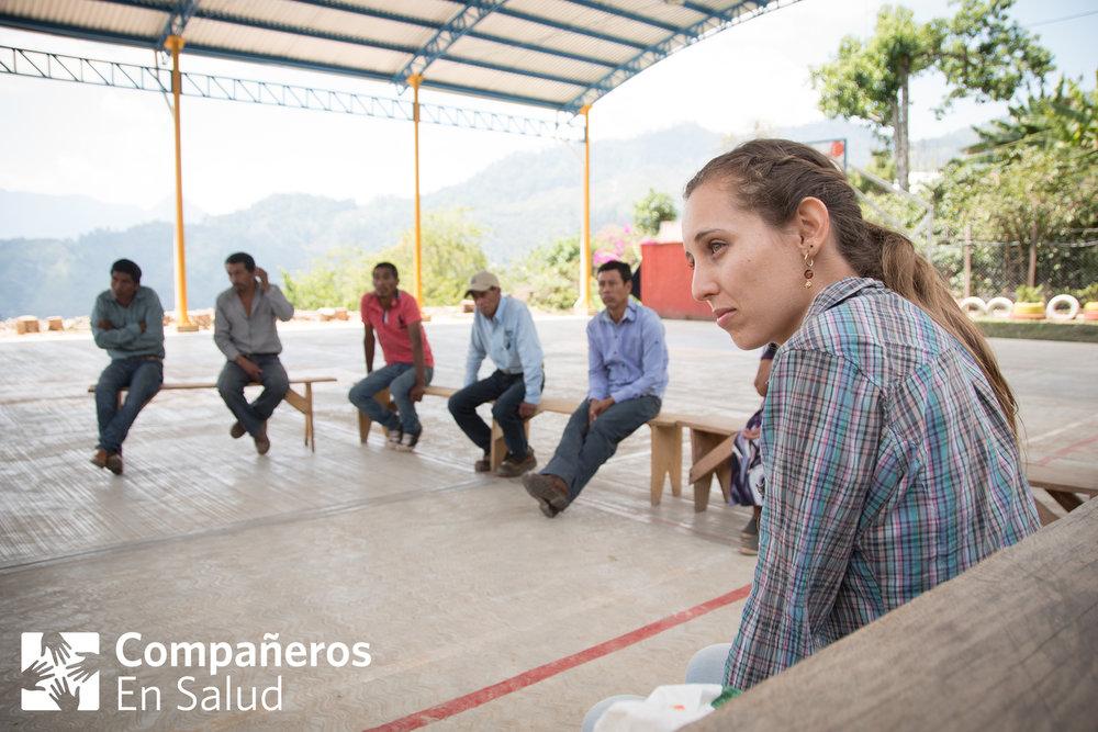 Después de caminar una hora desde la clínica de Capitán hacia la comunidad de Las Pilas, la Dra. Liliana Santos Ortega se encuentra con los ejidatarios para hablar sobre la formación y capacitación de un comité de emergencias obstétricas. En 2017, CES asistió en la formación y capacitación de estos comités en varias comunidades en la región, para asistir a las mujeres embarazadas en llegar a una clínica u hospital en caso de una emergencia.