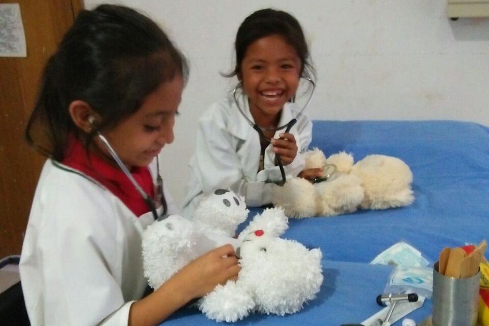 La Dra. Fabiola Alemán Zamorano organizó un evento especial en la clínica en la comunidad de Matazano, ofreciendo supervisión clínica para pequeños aspirantes a médicos que atendieron a sus ositos. Se diseñó el evento para que los niños no tengan miedo de ir al médico.