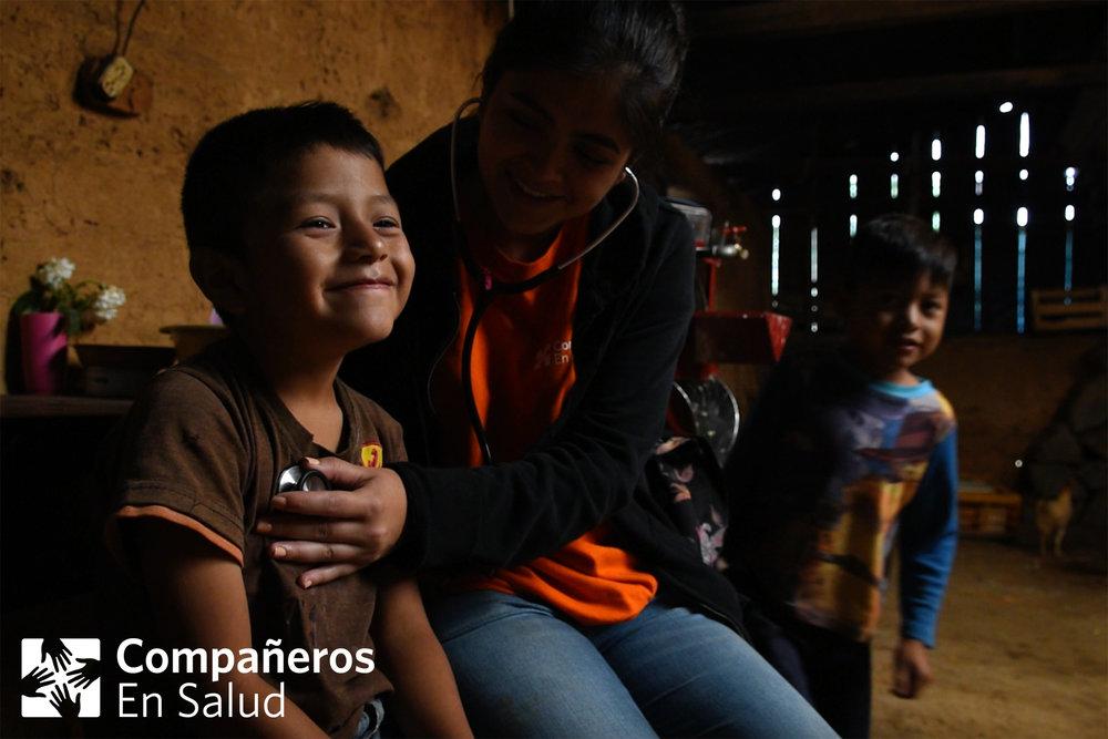 La Dra. Lorena Ponce de León atiende a Julio en su casa en la comunidad de Monterrey, antes de compartir un desayuno preparado por su mamá.