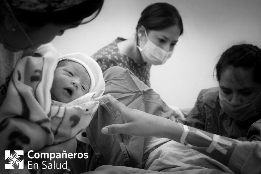 La ginecóloga Rose Molina supervisa a la pasante de enfermería y obstetricia Yessica García al término de un parto. La Dra. Andrea Reyes le muestra el bebé a su mamá, Marisa. En el año 2017, el equipo de salud materna de CES atendió a más de 3000 consultas obstétricas y más de 650 partos.